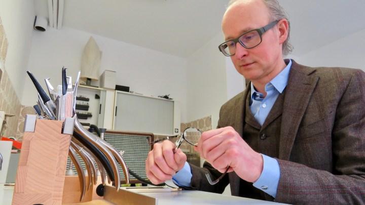 Ingo Lutz repariert eine Brille, denn ihm ist das Handwerk des Optikers wichtig.