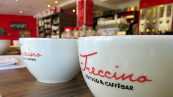 Die schlichten Schalen ohne henkel mit dem Trecciono-Logo laden bei der Verkostung zum Probieren ein.