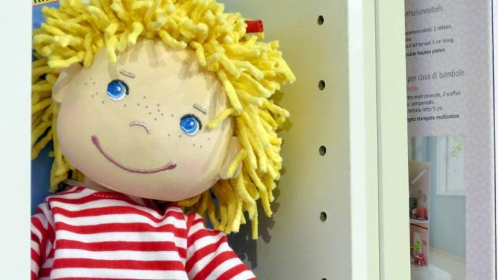 Viele Puppen und Kuscheltiere warten im Entdeckerladen auf Kinderbesuch.
