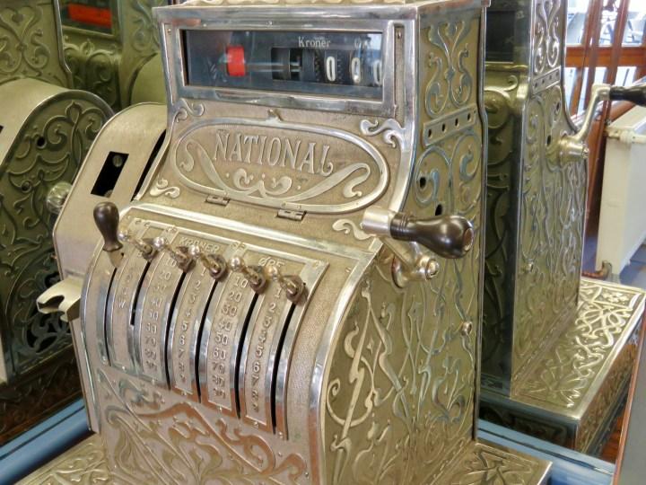 Zur Dekoration steht eine alte Kasse im Café.
