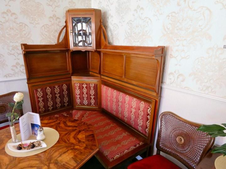 Im Café gibt es gemütliche Sitzecken aus Holz.