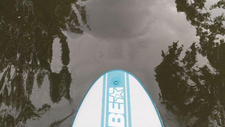 Ein SUP auf dem Wasser