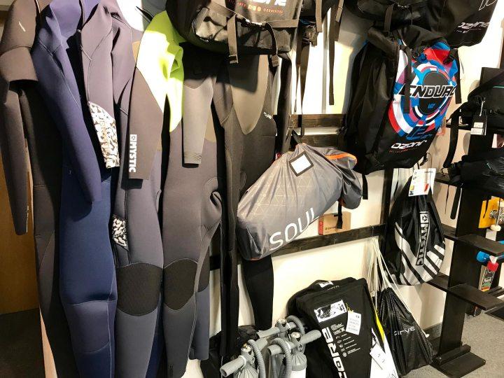 Für das Kiten über das Wasser, wird die passende Ausrüstung gebraucht.