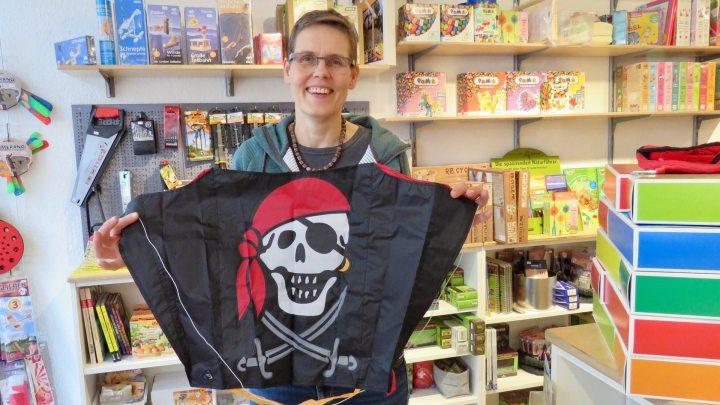 Britta Michel vom Entdeckerladen zeigt einen beliebten Piratendrachen.
