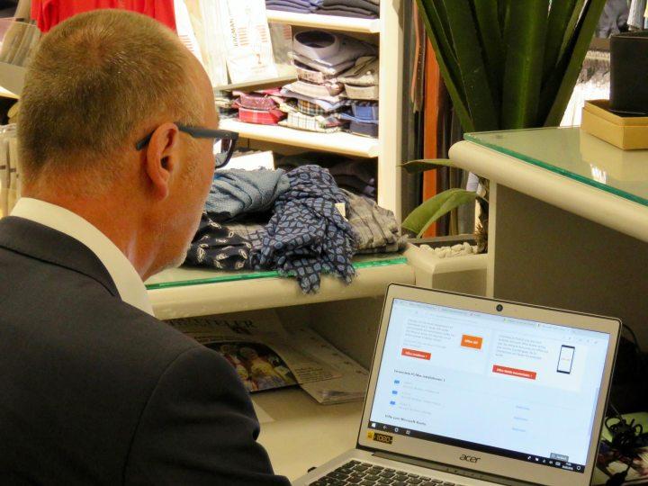 Harald Borm arbeitet an seinem Laptop.
