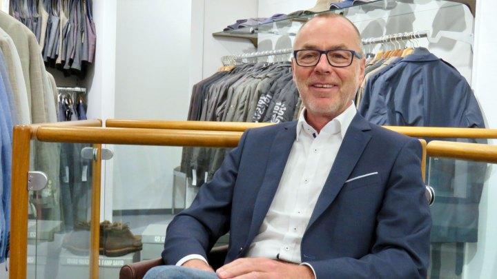 Harald Borm sitzt entspannt in seinem Geschäft.