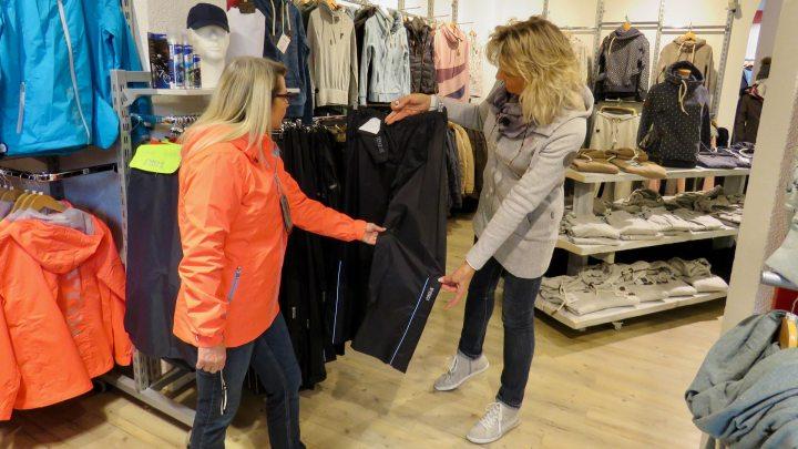 Liane Gallagher und Gabi Krause von Waldow Sportswear testen die Regenkleidung.