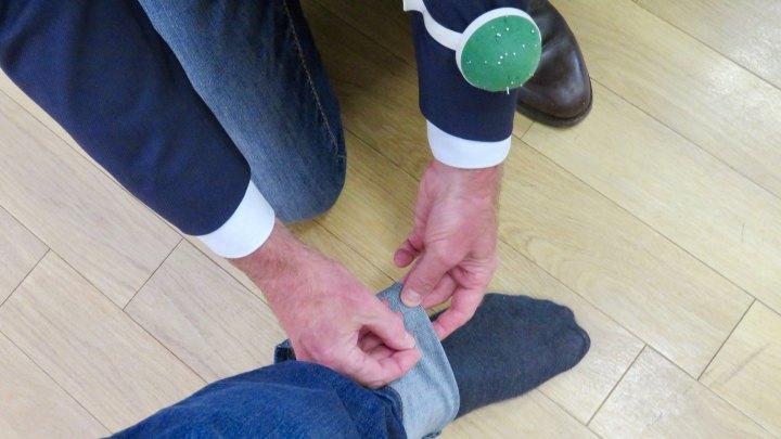 Bei Erdbrink & Vehmeyer wird die Hose für den Schneider abgesteckt.