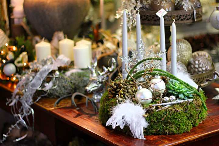 Ein hübsches Adventsgesteck darf zu Weihnachten auf keinem Tisch fehlen.