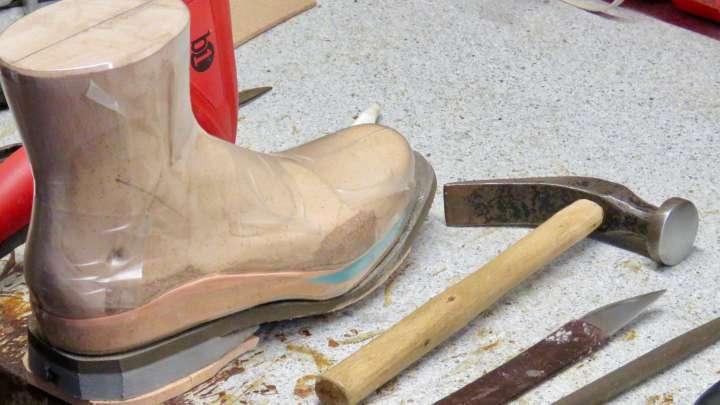 Bei Dönau werden orthopädische Schuhe gebaut.