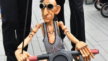Marionette auf einem Motorrad