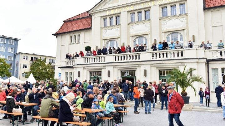 Menschen sitzen an Tischen vor dem Lessingtheater Wolfenbüttel