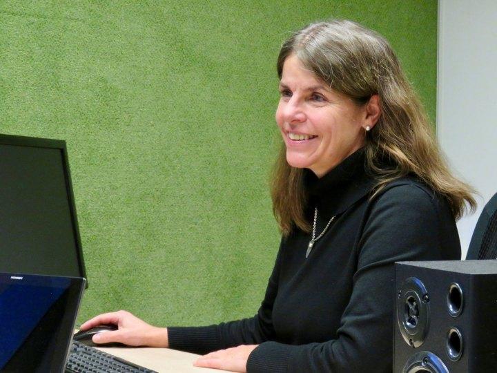 Die Hörgeräte Akustikerin Stephanie Bajohr sitzt bei der Arbeit am Computer.