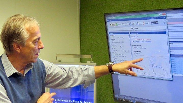 Hans-Joachim Veit zeigt mir am Bildschirm die Hörbereiche.