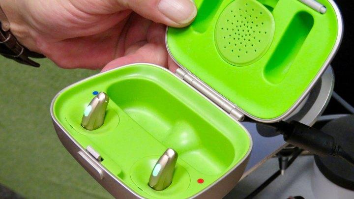 Klein und schick und praktisch – so sieht ein modernes Hörgeräte-System mit Aufladestation bei Veit aus.