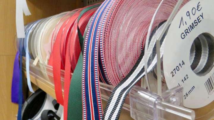 Auch Bänder gibt es in verschiedenen Farben udn größen bei Fingerhut.