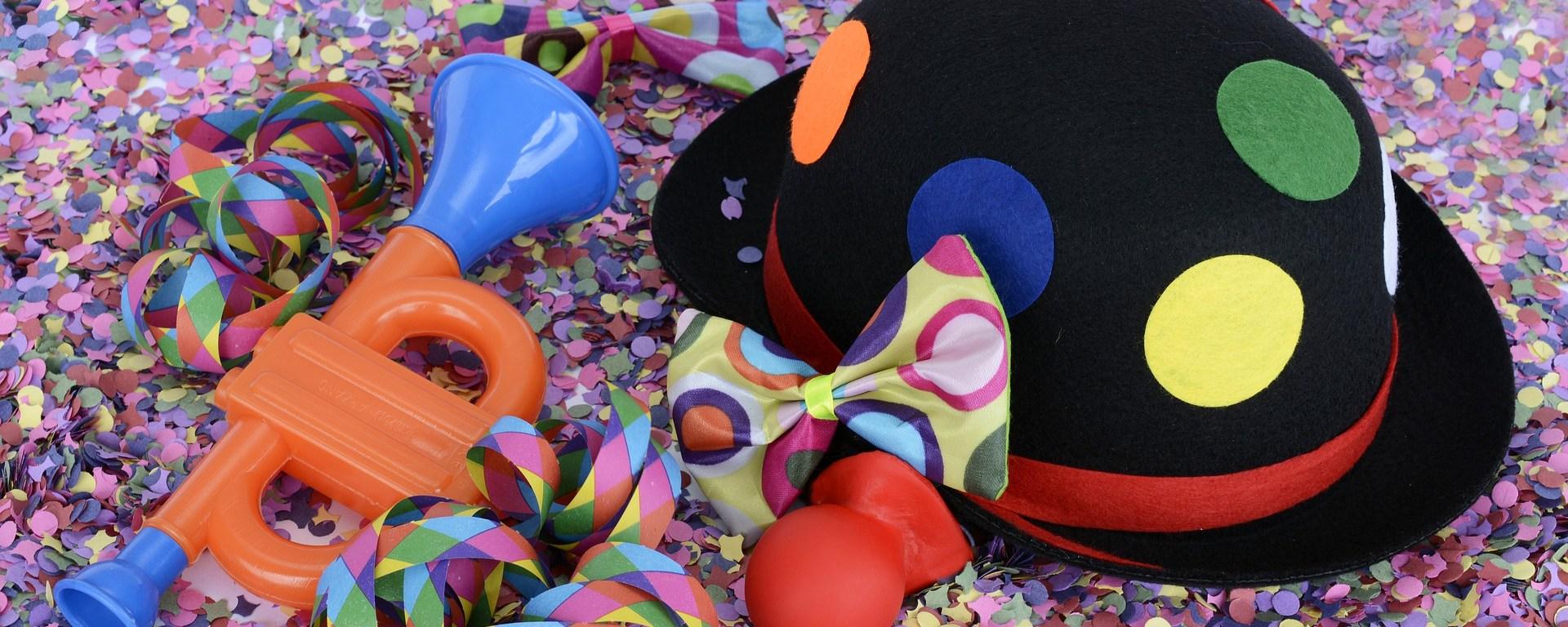 Karnevalshut mit Konfetti