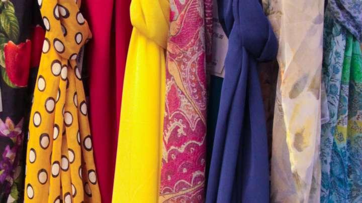 Bunte Farben und leichte Stoffen sollen es im Frühling sein.