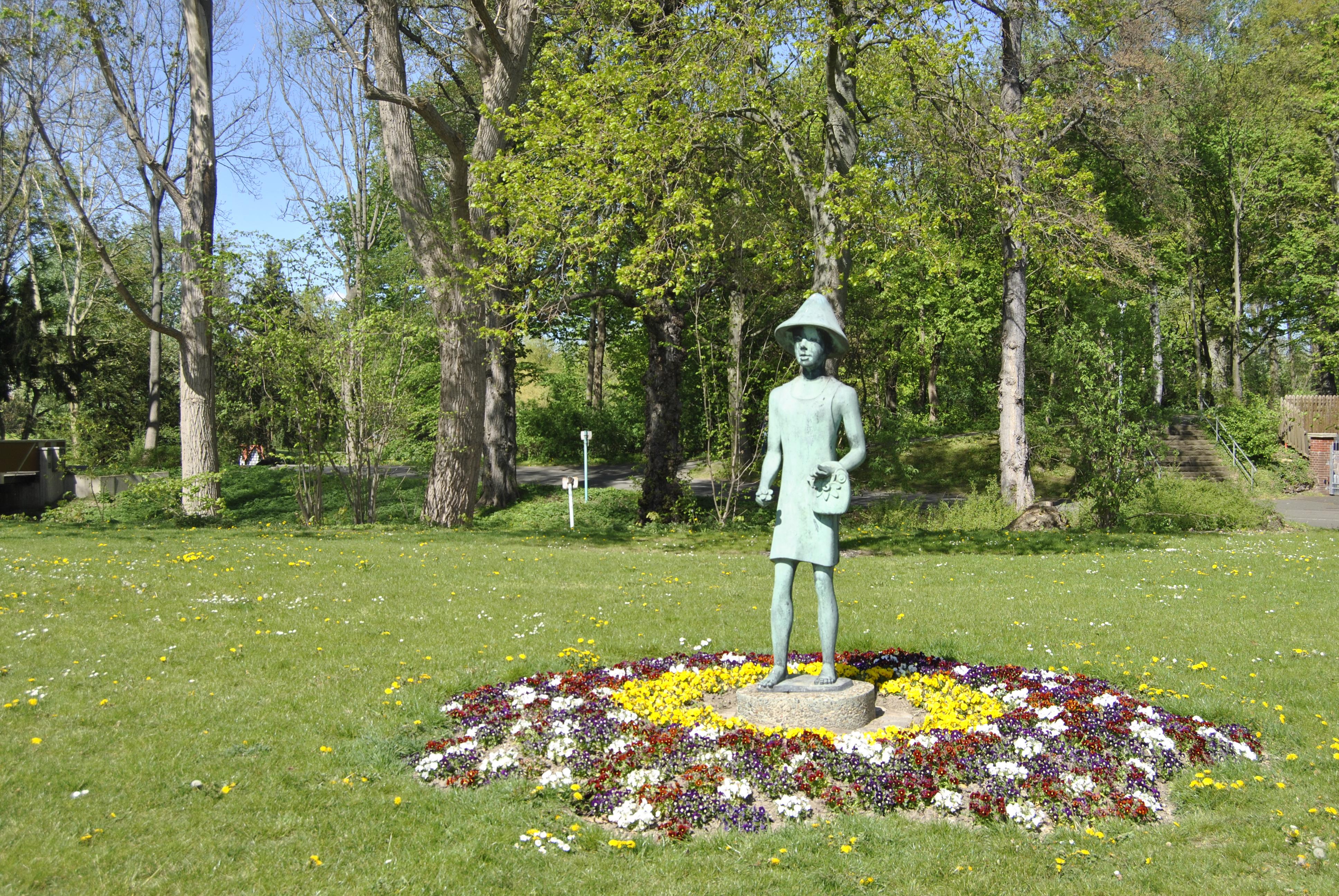 Statue im Blumenbeet
