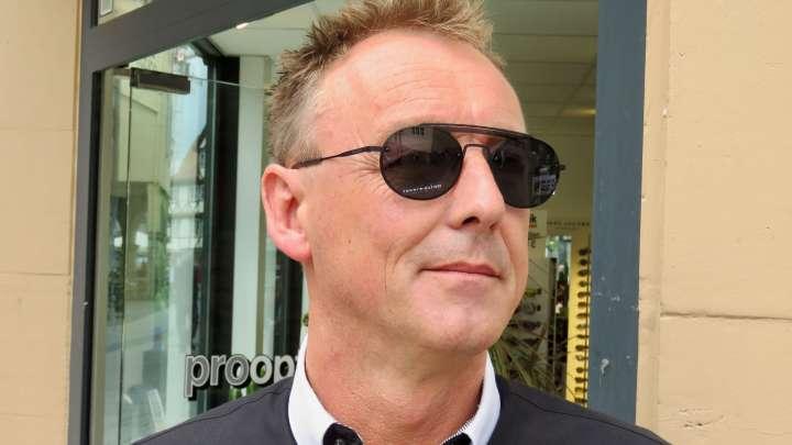 Jörg Trautmann von Pro Optik zeigt mir seine Lieblings-Sonnenbrille.