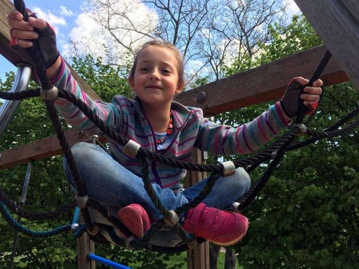Klettern gehört zu Tessas Lieblingsbeschäftigungen auf Spielplätzen.