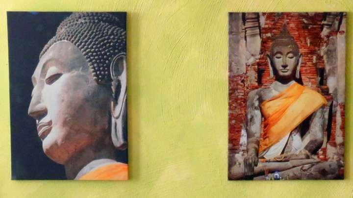 Buddhistische Bilder hängen an den Wänden.