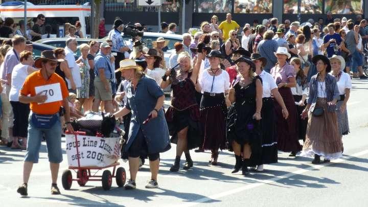 Wilder Westen mit den »Lupus Line Dancern« beim Altstadtfestumzug 2018 in Wolfenbüttel.