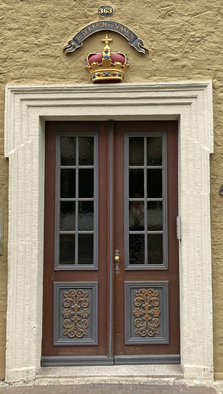 Die imposante Tür in der Kommissstraße