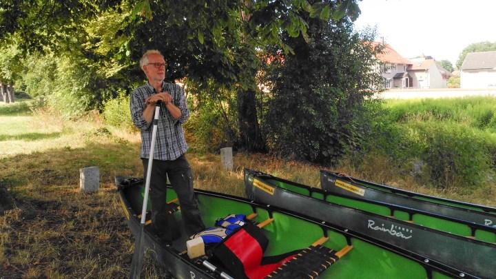Olaf Schäfer erklärt den richtigen Umgang mit dem Boot.