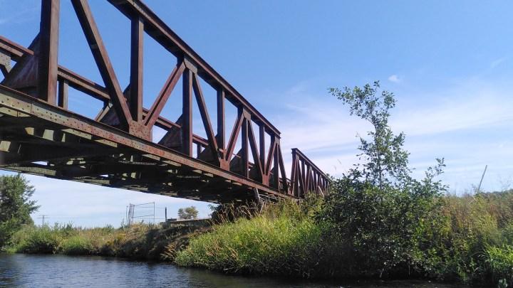 Die Eisenbahnbrücke vom Wasser aus