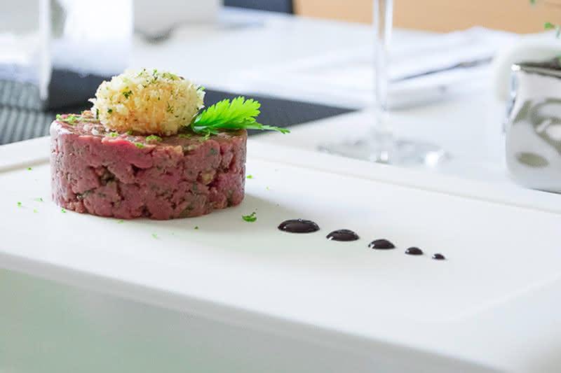 Beef Tatar mit frittiertem Dotter & Blaubeer-Senf