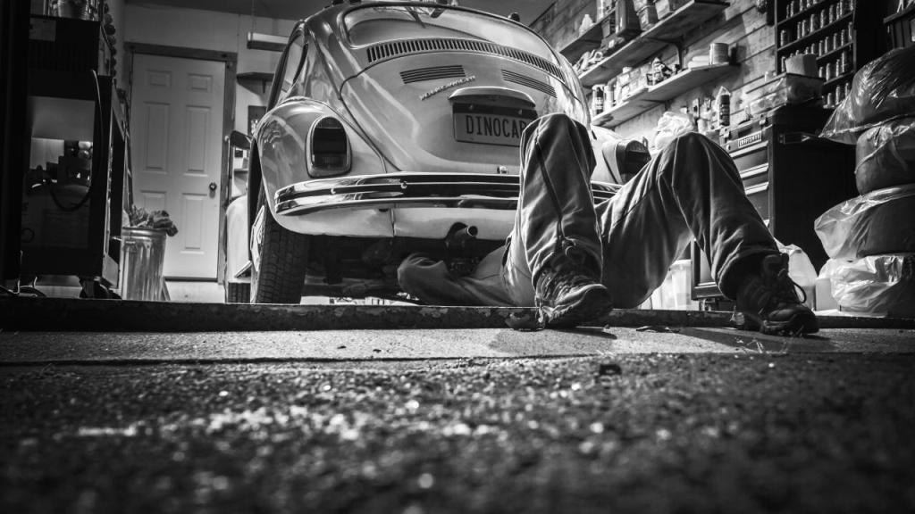 Mechaniker unter einem VW Käfer
