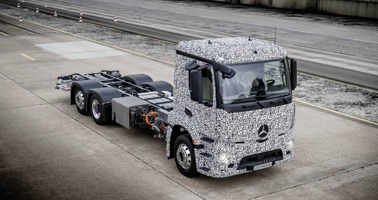 Lautlos liefern: Der Elektro-Lkw-Versuchsträger Urban eTruck von Mercedes-Benz fährt flüsterleise. Foto: Daimler AG Global Communications Commercial Vehicles
