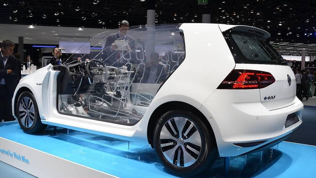 Modell des VW-Elektroautos Modell E-Golf auf der IAA 2013
