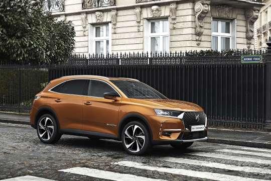 SUV DS7 Crossback des Autoherstellers PSA Group (Peugeot, Citroen) vor einem Pariser Wohnhaus