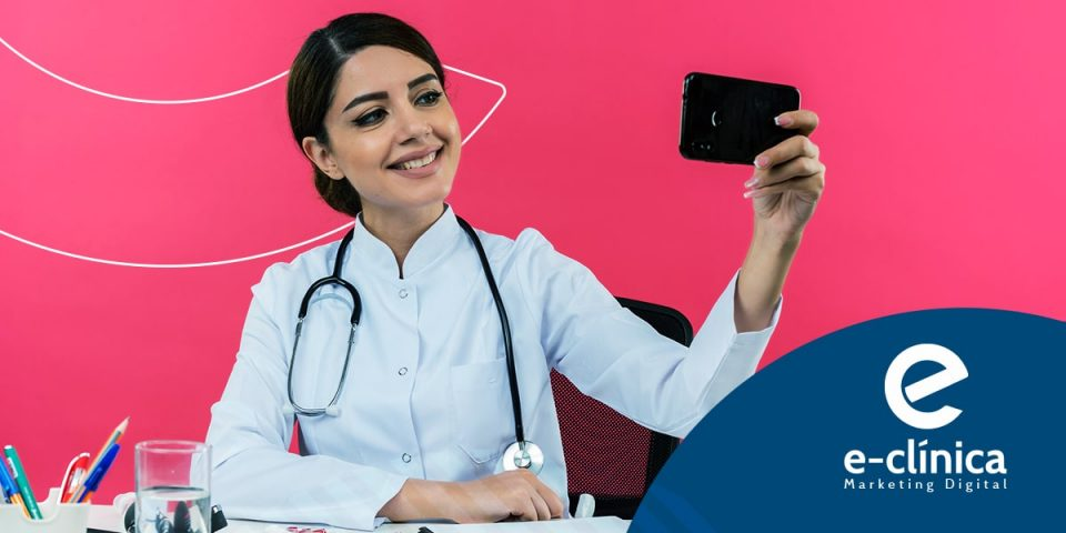 médica com celular fazendo stories do instagram para ter sucesso no marketing digital para médicos