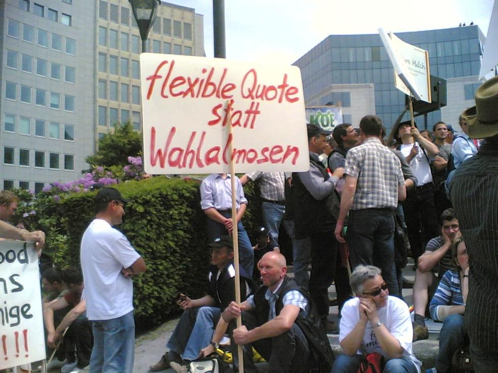 EU farmers protest against falling milk prices