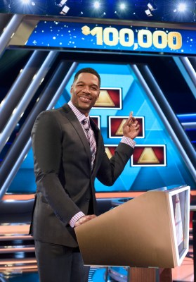 THE $100,000 PYRAMID - Michael Strahan hosts a new version of the classic game show, THE $100,000 PYRAMID, which will air in primetime on the ABC Television Network beginning SUNDAY, JUNE 26.    (ABC/ Ida Mae Astute)  MICHAEL STRAHAN