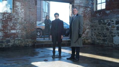 GOTHAM: L-R: Camren Bicondova, David Mazouz and Sean Pertwee in the ÒMad City: Time BombÓ episode of GOTHAM airing Monday, Nov. 21 (8:00-9:01 PM ET/PT) on FOX. Cr: FOX.