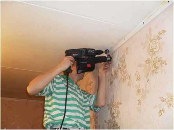 Что сначала делать натяжной потолок или клеить обои на стены