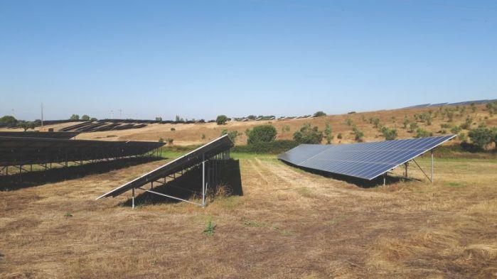 Paisagem com central PV/Solar plant in landscape/In Landschaft eingebettete Solaranlage
