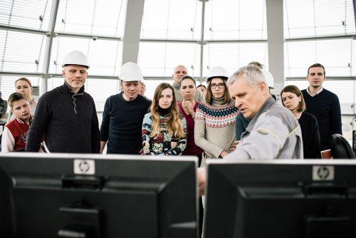 Начальник Ботієвської ВЕС Жуков Г.О та учасники туру © Niels Ackermann / Lundi13