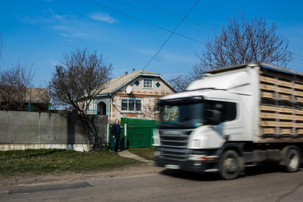 Великі вантажівки часто використовують сільські дороги, наражаючи на небезпеку пішоходів та руйнуючи нерухоме майно. Останнім часом з'явилися тріщини в будинках жителів поблизу дороги, як на зовнішніх стінах, так і всередині, на стінах і стелях.