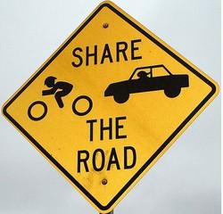 Поважайте велосипедистів на дорозі. Поради водіям авто