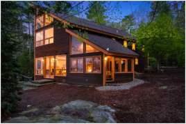 дом с крутой односкатной крышей в лесу