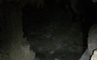 今日は鍾乳洞を探検しました。明らかに人為的に造られた塀が…
