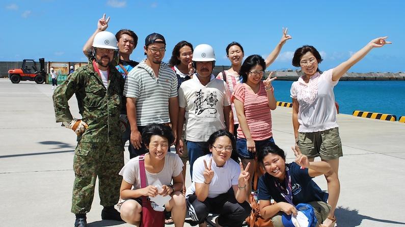 村おこしボランティア中之島コース参加者と地元の方と記念撮影