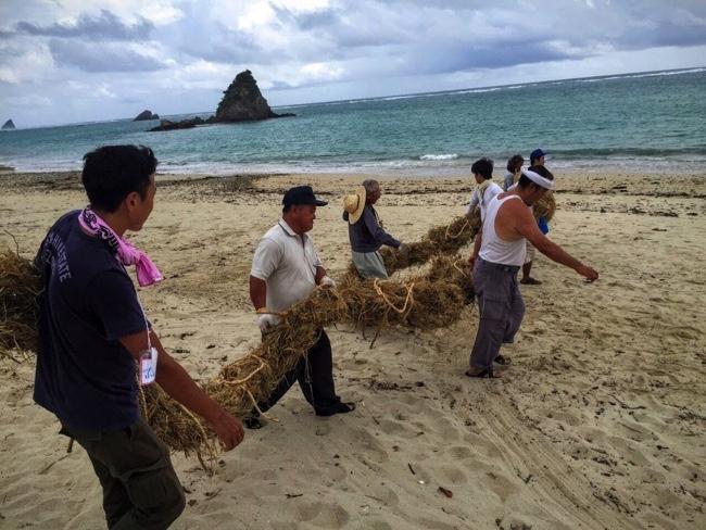 沖縄三原集落での綱引きの様子