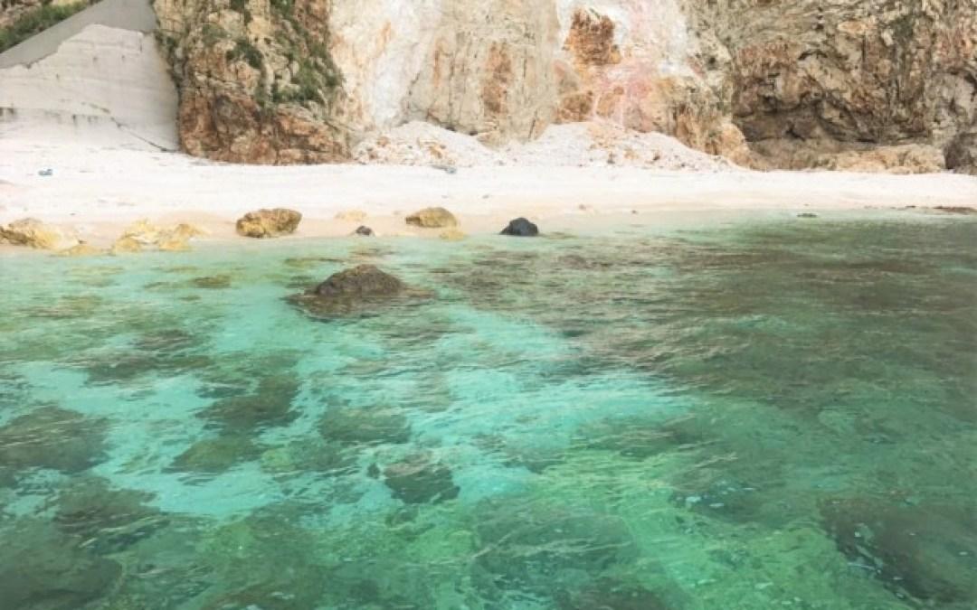 竹島の海を取り囲む断崖は、迫力があり圧巻!