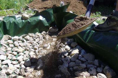 cubriendo las piedras con tierra